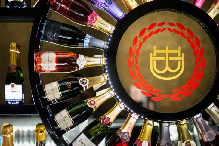 Champagne a kastély mellől